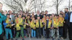 Vatandaşların yoğun ilgisi altında ziyaretlerde bulunan Gürkan, çocuklarla yakından ilgilendi.