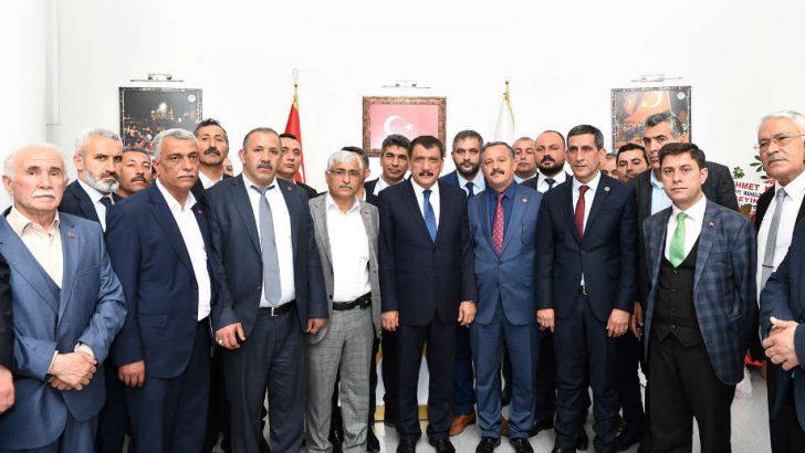 Muhtarlar, Malatya Büyükşehir Belediye Başkanı Selahattin Gürkan'a hayırlı olsun ziyaretinde bulundular.