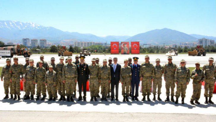 Vali Aydın Baruş, Altay Kışlası'nda engelli asker adayları için düzenlenen temsili yemin törenine katıldı.