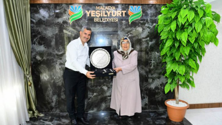 Yeşilyurt Belediye Başkanı Mehmet Çınar, kendisine sürpriz bir ziyarette bulunan İlkokul Öğretmeni Mehpare Karol'u makamında ağırladı @mehmetcinar44 @yesilyurtbeltr #malatya #haberleri