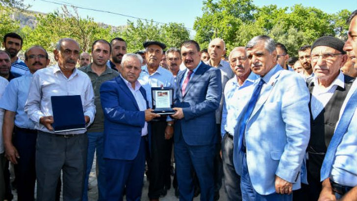 Gürkan, Kadıibrahim mahallesinde yapılan yol çalışmalarını yerinde inceleyerek, mahalle sakinleriyle sohbet etti.