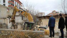 Battalgazi Belediyesi Tehlike Saçan Metruk Yapıları Yıkıyor