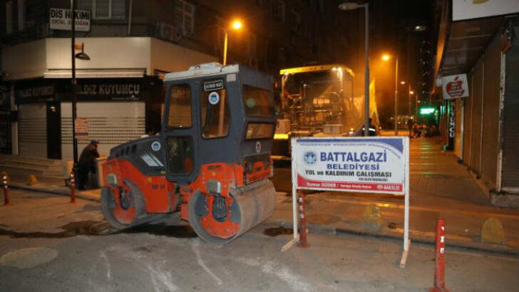 Battalgazi Belediyesi, deforme olmuş Tenzile Sokak'ta sıcak asfalt serim çalışması yaptı.