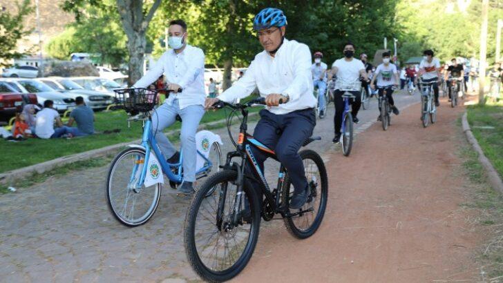 Battalgazi Belediye Başkanı Osman Güder, gençlerle birlikte pedal çevirdi.