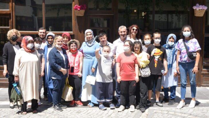 Yeşilyurt Belediye Başkanı Mehmet Çınar ile eşi Semra Çınar, down sendromlu çocukları ile ailelerini Tarihi Yeşilyurt Konaklarında ağırladı.